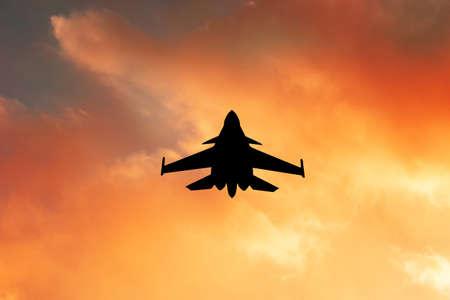 warplane at sunset Banque d'images - 108647876