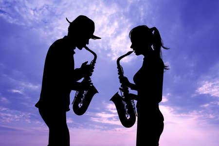 homme et femme jouent du saxophone Banque d'images