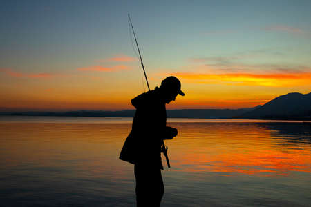 illustration of man fishing at sunset Foto de archivo - 117926995
