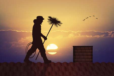 sylwetka kominiarza o zachodzie słońca