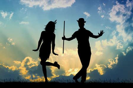 Paar tanzt Charleston bei Sonnenuntergang at Standard-Bild
