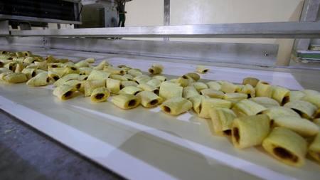 Las cookies línea de producción en una fábrica de alimentos.