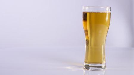 ビールのグラスを持つ男。白い背景。クローズ アップ。
