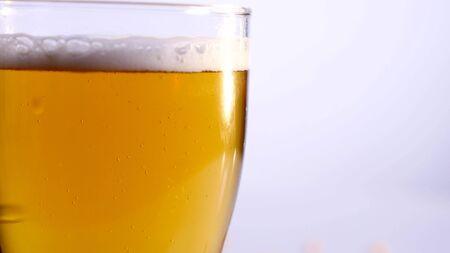 白い背景の上を空にビールのグラス。クローズ アップ。