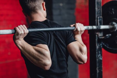 A good muscular guy with a strong body. Exercises in the gym. Achievement of physical endurance and strength. Preparation for the competition. Stockfoto