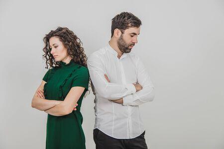 Para pokłóciła się, a teraz odwrócili się plecami i nic nie mówią.