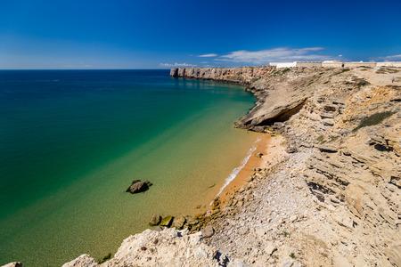 Prainha das Poças a pevnost Sagres, Algarve, Portugal Reklamní fotografie
