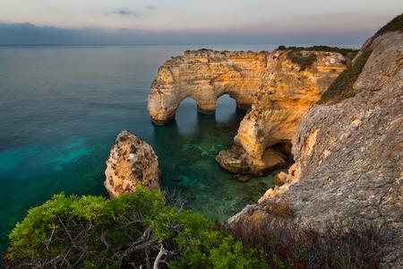 Praia da Mesquita/ Arco Natural, Algarve, Portugal. One of the many beaches in the Portuguese Algarve Imagens - 89435448