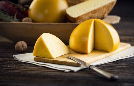 Domácí ovčí a kravský sýr z Rumunska. Zemědělské produkty z venkovských oblastí. Reklamní fotografie