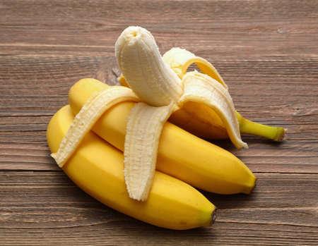 木製の背景の上に新鮮なバナナ