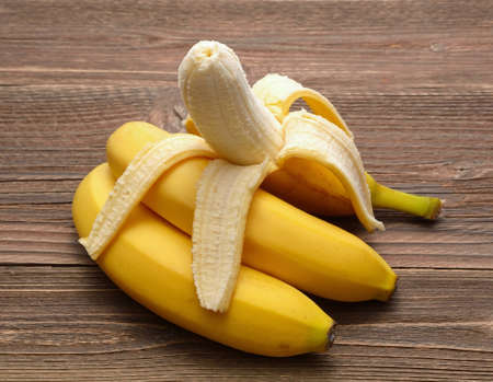 Frische Bananen auf Holzuntergrund Standard-Bild - 43851812