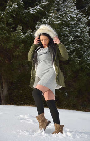 Young happy pregnant woman in snowy nature Standard-Bild - 118557568
