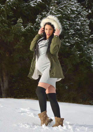 Young happy pregnant woman in snowy nature Standard-Bild - 118557571