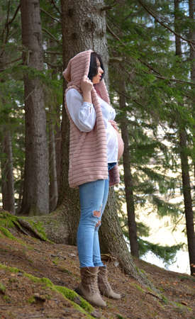 Beautiful pregnant woman. Young happy pregnant woman relaxing and enjoying life in nature Standard-Bild - 118557804