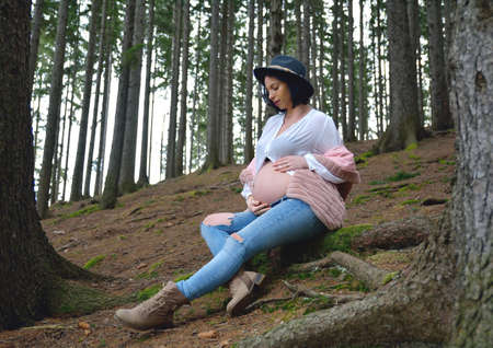Beautiful pregnant woman. Young happy pregnant woman relaxing and enjoying life in nature Standard-Bild - 118557812