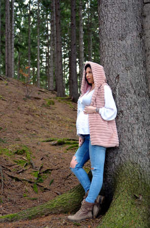 Beautiful pregnant woman. Young happy pregnant woman relaxing and enjoying life in nature Standard-Bild - 118557816