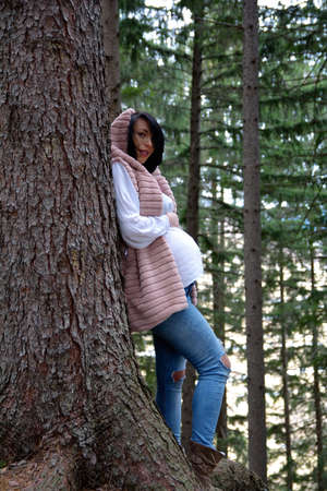 Beautiful pregnant woman. Young happy pregnant woman relaxing and enjoying life in nature Standard-Bild - 118557882