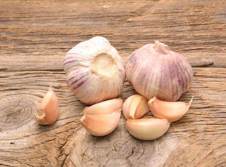 Frischer Knoblauch auf hölzernem Hintergrund. Stillleben mit rohem Gemüse