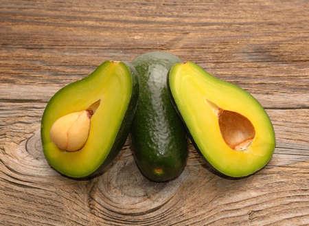 Fresh green avocado on the wooden table Standard-Bild