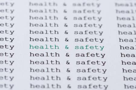 health safety: La seguridad de la salud frase resaltada en verde entre el texto negro similar