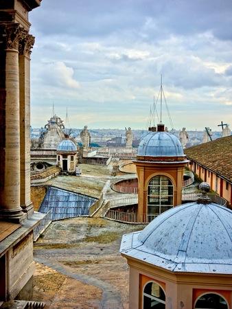 피터 스 돔, 백그라운드에서 조각 및 흐린 skay와 바티칸, 로마, 이탈리아의 지붕에