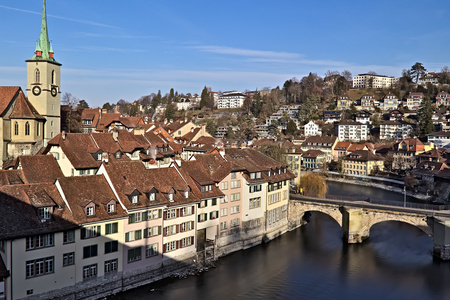 View of Old town of Bern, Aare river and Untertor bridge with Nydegg church on the left. Banque d'images