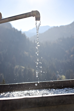 Water fountain with mountain background. 写真素材 - 122133271