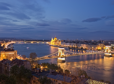 Budapest chain bridge and Parliament building illuminated at night by city lights with reflection in the danube river. Reklamní fotografie
