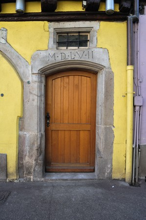door bolt: Antigua puerta de madera en Francia  Foto de archivo