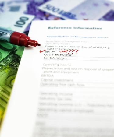 ertrag: J�hrliche melden mit markierte Wort EBITDA Wort unterzeichnet und Aprooved. EBITDA steht f�r das Ergebnis vor Zinsen, Steuern, Abschreibungen und Amortisation. Lizenzfreie Bilder