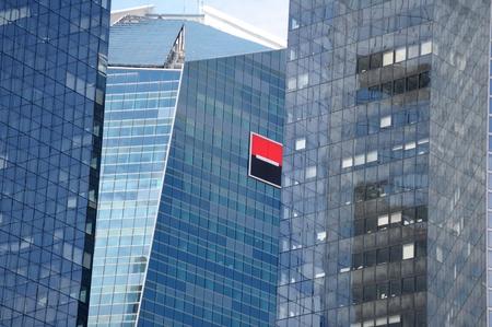 quartier g�n�ral: Paris, France - 14 Juillet 2011: Le logo Soci�t� G�n�rale sur les b�timents du si�ge. Banque d'images