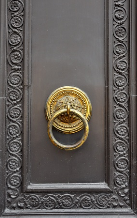 This photograph represent an old door knob photo