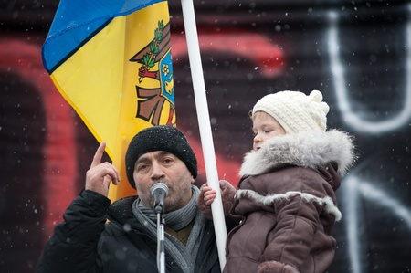 against the current: Approximatively 1-2 thousand people have gathered in the National Square from Chisinau (Moldova) to protest against the current administration. The people have come from different parts of the country at the initiative of Iurie Rosca, the leader of Popula Editorial