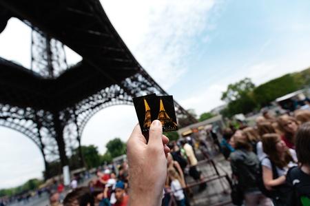 PARIGI - 12 luglio: sotto il monumento, una mano turistica � in possesso di due biglietti di accesso alla Torre Eiffel di Parigi, France.The Torre Eiffel � il monumento pi� visitato di Francia e probabilmente nel mondo Archivio Fotografico - 12469096