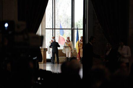 leu: Ultimi preparativi delle guardie presidenziali e la collana costano oltre 150.000 leu moldavo (12,500 USD) e pesante quasi mezzo chilo. Editoriali