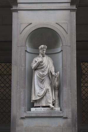 dante alighieri: Statue of the poet and writer Dante Alighieri in the Vasari Corridor outside the Uffizi Gallery, Florence, Italy