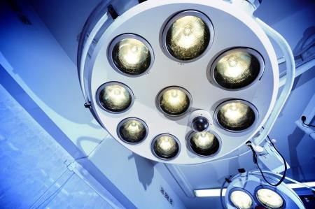 pacjent: Nowoczesne chirurgiczne lampy w pokoju Niebieskim pracy świetle szarego reprezentują czystość i nastrojowe Przydatne pliki klinicznej dla broszury szpitala, artykułów medycznych i innych celów