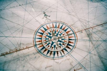 ir�ny: Régi iránytű a vintage térképen sekély mélységélesség különös hangsúlyt fektetve az iránytű Stock fotó