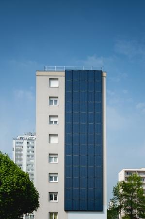 Erneuerbare, alternative Solarenergie, Photovoltaik Zelle - Kraftwerk der Sonne an einem lebenden Gebäudes.