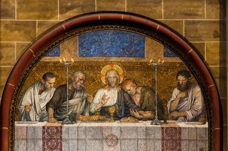 eucharistie: Dernière Cène du Christ mosaïque à l'extérieur d'une église catholique en Allemagne