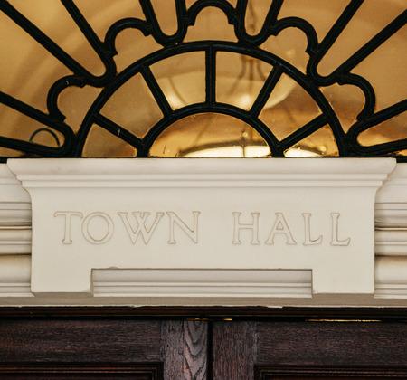 Ayuntamiento signo tallado en piedra sobre una puerta de madera. Foto de archivo - 25837461