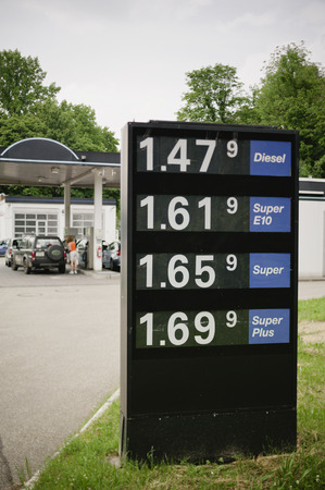 A sign with gas prices just before the gas station pumps Standard-Bild