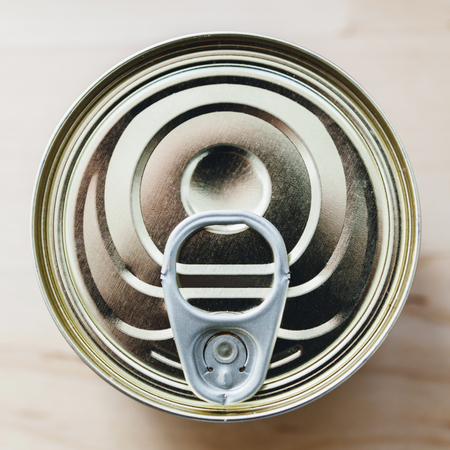 ring pull: Tin can (canned food) with ring pull directly from above on wooden table