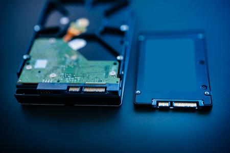 Harde schijf naast de ssd schijf (solid state drive) blauwe technologische achtergrond