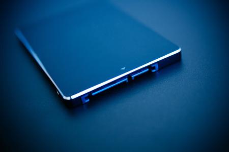SSD schijf in blauw technologische achtergrond - tilt-shift lens gebruikt om te accentueren het midden van de hdd en onder de aandacht te benadrukken zijn verbindingen