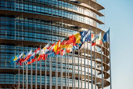 Het gebouw van het Europees Parlement in Straatsburg, Frankrijk met vlaggen zwaaien op een lenteavond