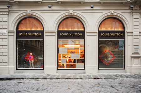 rue: FLORENCE, ITALY - APRIL 16, 2012: Louis Vuitton flagship store in the Piazza degli Strozzi, luxury shopping street in Florence on April 16, 2012. The Louis Vuitton label was founded by Vuitton in 1854 on Rue Neuve des Capucines in Paris, France