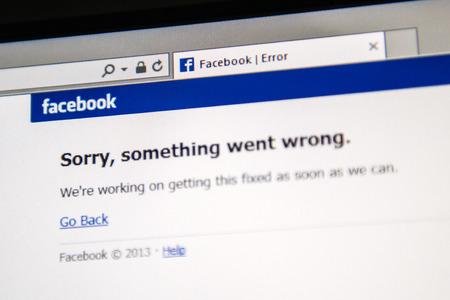 """London, Großbritannien - 19. Juni 2014: soziale Netzwerk Facebook Webseite zeigt Text """"Sorry, ist etwas schief gelaufen"""", wie eine weltweite Absturz passiert, um Millionen von Benutzern am Donnerstag, 19. Juni 2014 in den Morgen .. Die Seite wurde nicht für etwa 20 Minuten, Standard-Bild - 29692293"""