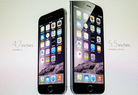 PARIS, Frankreich - 10 September 2014: Apple Computers Website mit dem neu eingeführten Apple iPhone 6 und iPhone 6 Plus, wie gesehen am 10. September wurden 2014 neu Diese revolutionäre Produkte bei einem Apple Special Event im Flint-Center für den angekündigten Standard-Bild - 31421906