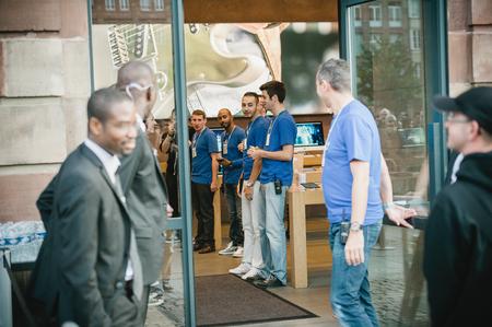 seguridad en el trabajo: ESTRASBURGO, Francia - 19 de septiembre 2014: Apple gerente mirando por encima del equipo de Apple Store antes de abrir las puertas a los cutomers para almacenar Place Kleber de la compa��a para el lanzamiento de ventas del iPhone 6 y iPhone 6 Plus en Francia, el Viernes, 01 de septiembre Editorial